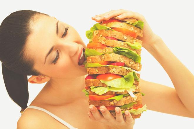 Поедание огромного гамбургера