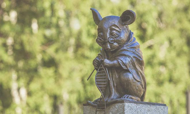 Бронзовый памятник лабораторной мыши