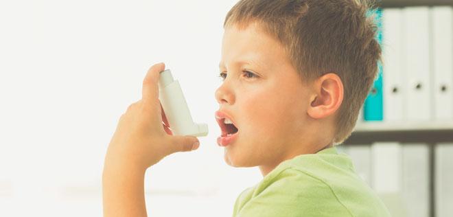 Больной астмой ребенок