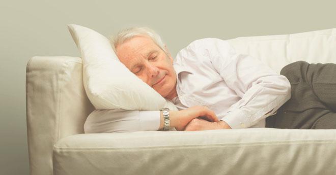 Спящий пожилой человек