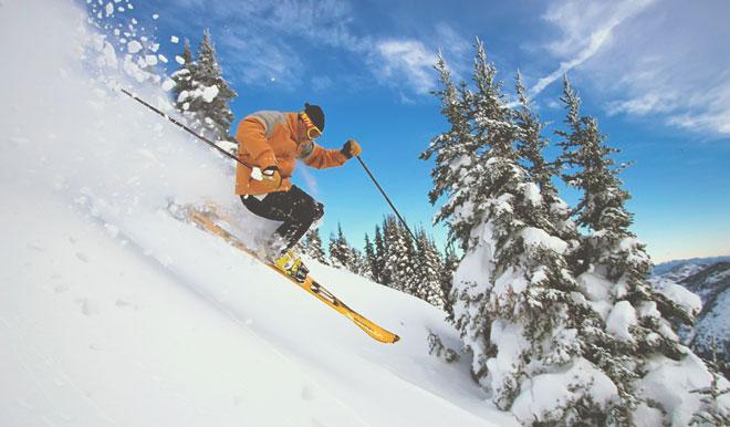 Спуск с горы на лыжах