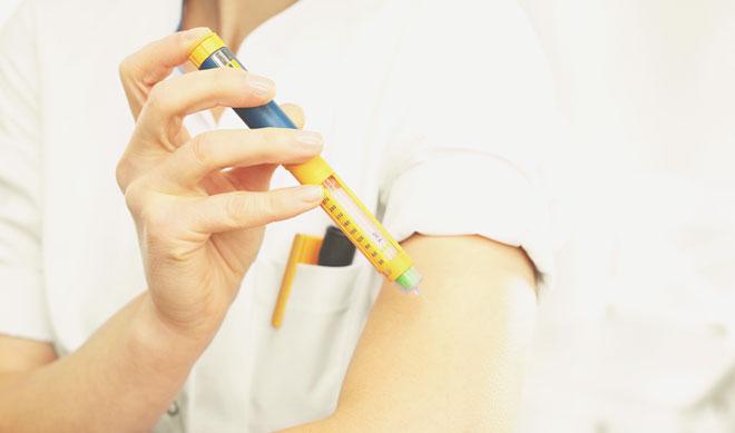 Укол инсулина в руку