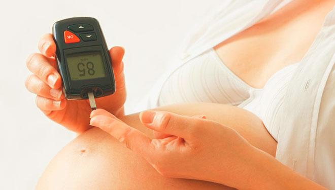 Беременная женщина и глюкометр